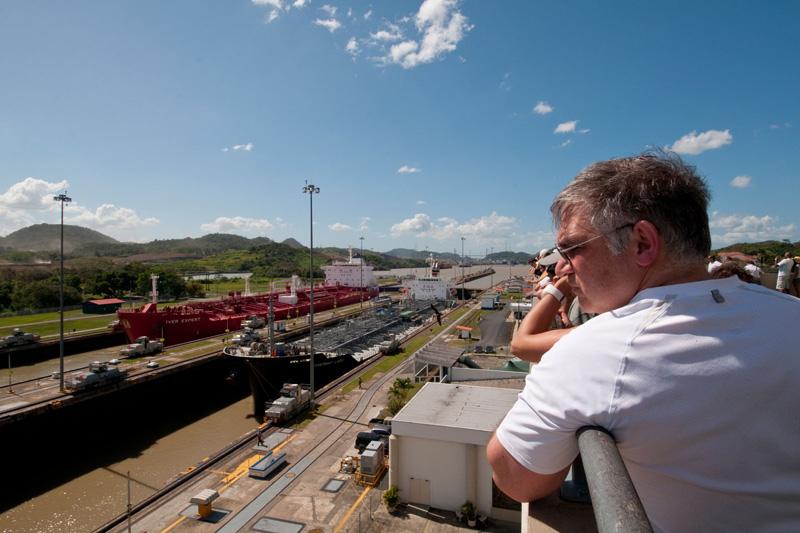Un turista osserva lo scorrere del traffico lungo il Canale di Panama (foto Alamy/Milestone Media)