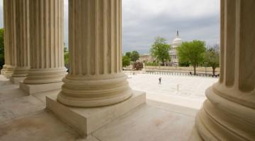 Washington: la cupola del Campidoglio vista dal portico della Corte Suprema (foto: Alamy/Milestonemedia)