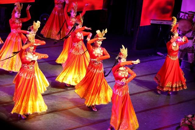Urumqi, la capitale della regione delloXinjiang, è una città sospesa tra modernità e tradizione. Qui non è raro assistere allo spettacolo delle tipiche danze uigure.