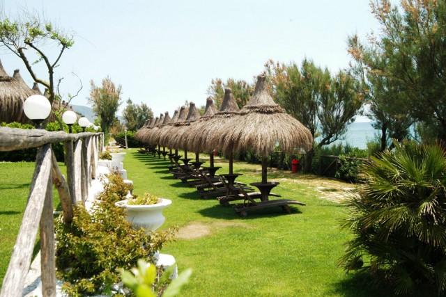 Holiday Village, Lazio –Tra Sperlonga e Terracina, davanti all'isola di Ponza, un villaggioaffacciato direttamente sul mare e protetto da dune con55 bungalowearea camping.