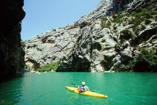In canoa attraverso le Gole delVerdon, in Provenza:l'alveo del fiume penetra per oltre 20 chilometri fra le pareti di roccia.