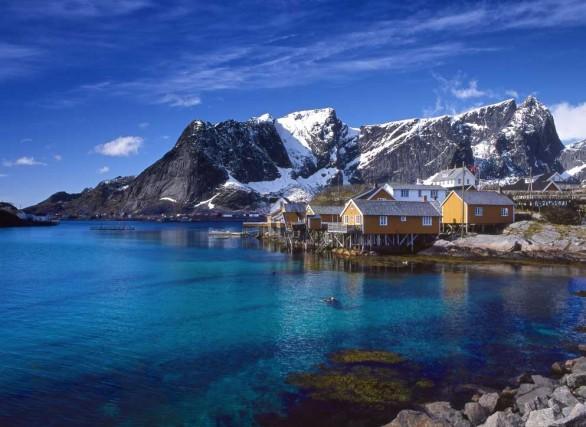 Le casette dei pescatori a Hamnøy, piccolo villaggio delle isole Lofoten norvegesi, ora collegato alla terraferma con ponti e autostrada. Le Lofoten sono la capitale mondiale della pesca al merluzzo.