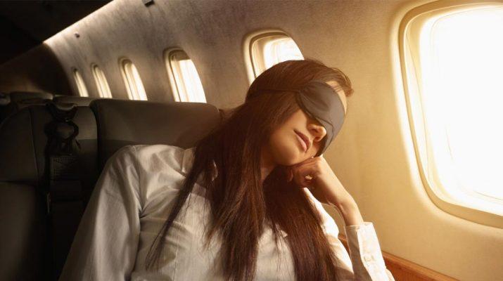 Foto 10 trucchi per dormire comodi in aereo