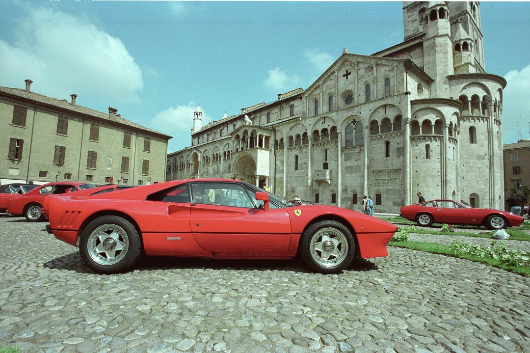 A Modena, tra Ferrari, acetaie e bel canto
