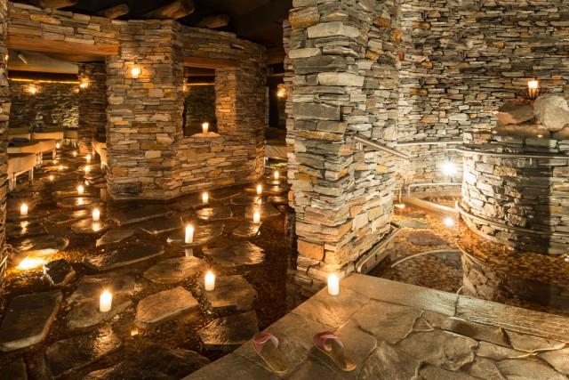 SPORT&KURHOTEL BAD MOOS, MOSO PUSTERIA: ai piedi delle Dolomiti di Sesto lo storico hotel con fonted'acqua sulfureaha ampliato la sua Spa. In più ci sono una sala relax instube gotica duecentesca, una lady sauna e una sauna aromatica a fieno, cirmolo e larice. Vero e propriogioiello è la sala relax in pietra con percorsoKneipp
