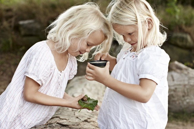 Two girls with a magnifying glass_Credits_VisitDenmark-min