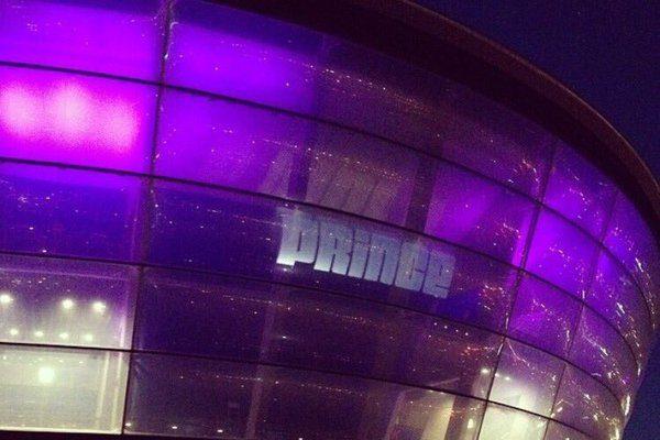 Foto Prince: l'omaggio in viola dei monumenti del mondo