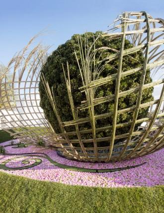 """All'esterno dello spazio Bijloke East meets West, di Daniel e Nele Ost, è un scenografica """"palla"""" in piante di alloro – altro fiore all'occhiello della produzione vivaistica locale – che idealmente unisce l'Estremo Oriente all'Europa."""