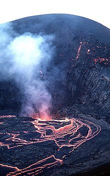 Hawaii – Sulla Crater Rim Drive, di tappa in tappa la natura del parco si presenta in tutte le sue manifestazioni estreme e contraddittorie: dagli sbuffi di vapore che avvolgono la passeggiata di Steam Vents, ai paesaggi riarsi degli scultorei alberi di lava e delle solfatare, tra cristalli di zolfo e gas vulcanici, alle lussureggianti foreste pluviale animate dai polifonici cinguettii degli Apapane rossi fino al buio lavico dell'affascinante Thurston Lava Tube, un tunnel scavato dalla lava 500 anni fa, alla desolazione del lago di lava ghiacciato all'interno del cratere del Kīlauea Iki. Da non perdere è il Kīlauea overlook, il punto panoramico da cui si dominano la caldera del Kīlauea Caldera e il cratere del Halema'uma'u.