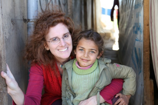 Barbara Abdeni Massaad con una piccola rifugiata in un campo nella valle della Bekaa, nel Libano settentrionale.