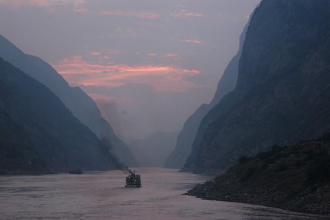 1920px-Dusk_on_the_Yangtze_River