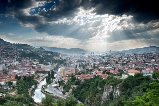 In mezzo alle montagne, in una conca stretta tra i boschi, c'è Sarajevo, la città simbolo della passione balcanica.