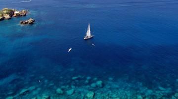 tremiti-018-barca-a-vela-lungo-la-costa-NO-di-San-Nicola_Isole-Tremiti