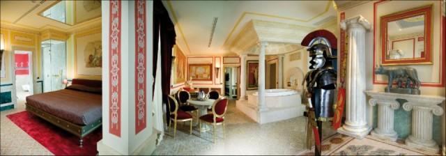 La Suite Domus Aurea del Motel Piranha, invece, è dedicata alla grandezza dell'Impero Romano. All'internola lupa Romana e gli affreschi Pompeiani ricreano un atmosfera che ricreaun insieme di potere e sessualità. Un mix ideale per una notte da gladiatori.Info:www.motelpiranha.com