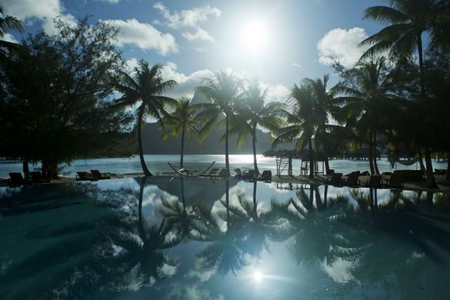 Il blu delle piscine si fonde con quello del mare. Attorno palme e silenzio, in un'atmosfera che invita al totale relax. Il lusso, a Le Isole di Tahiti, è anche questo: poter rallentare i ritmigodendosi solo il paesaggio. Info:www.tahiti-tourisme.it