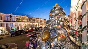 Ologrammi, cerchioni, lattine: gli alberi di Natale più assurdi del mondo