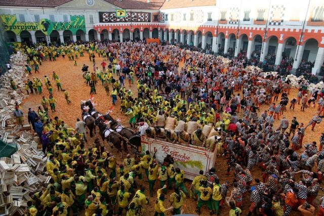 Il Carnevale d'Ivrea è famoso per la sua spettacolare e tosta battaglia delle arance.