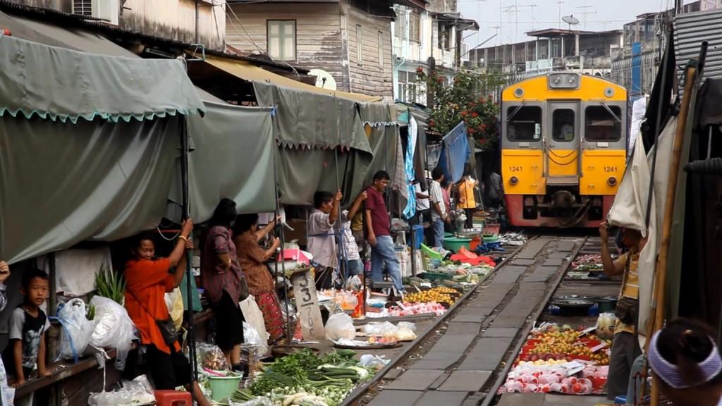 MAEKLONG MARKET RAILWAY  THAILANDIA