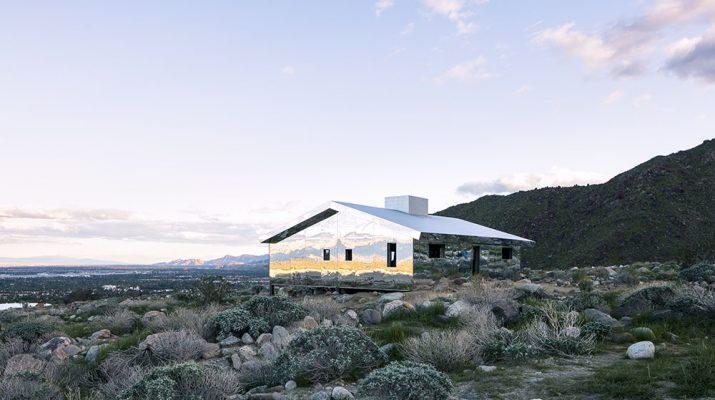 Foto La casa a specchio camuffata nel deserto