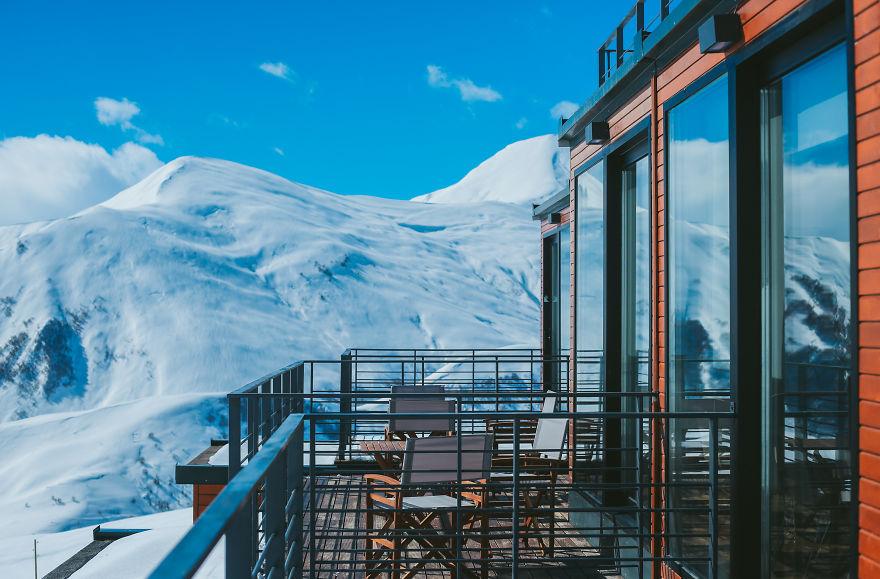 Caucaso, l'albergo di montagna fatto di container