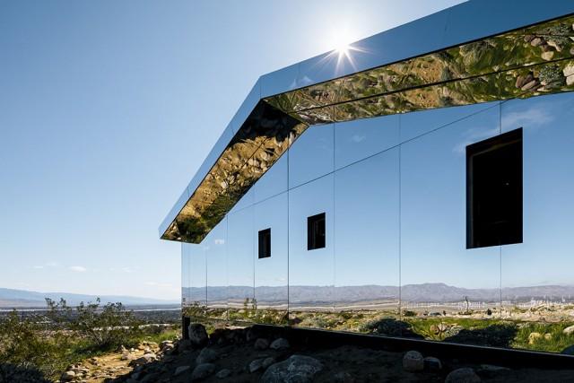 La casa a specchio camuffata nel deserto