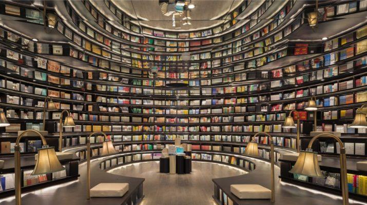 Foto La libreria piena di specchi