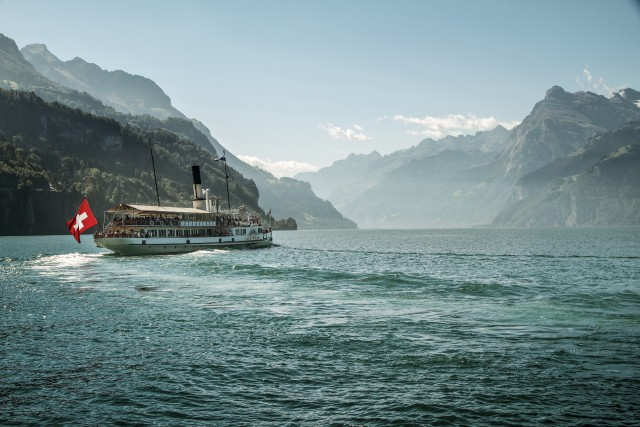 """I fiordi? Non sono solo in Norvegia… In alcuni tratti il lago dei Quattro Cantoni (in tedesco, Vierwaldstättersee), detto anche lago di Lucerna, non ha nulla da inviare ai fiabeschi paesaggi nordici. Durante la navigazione in battello, uno dei punti più suggestivi è il Kreuztrichter, l'""""imbuto"""", in cui confluiscono i bracci principali. Nella foto, l'imboccatura del lago di Uri."""