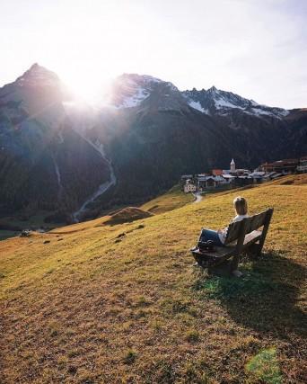 Bergün è avvolto dalle montagne e dal verde di alberi e prati