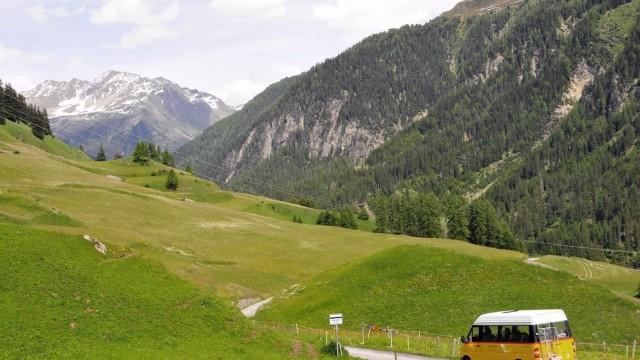 Qui sorge anche il Parco naturale di Ela, tra le Valli dell'Albula e Surses (Oberhalbstein).Nella foto un'autopostale Svizzera sulla tratta Bergün-Latsch