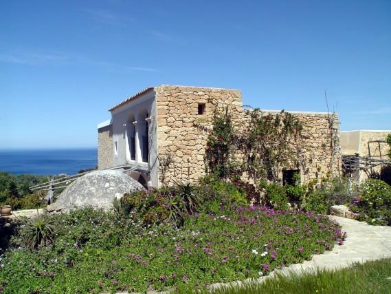Andando alla scoperta dell'isola è possibile anche ammirare le sue caratteristiche fincas,case di campagnatradizionali di Ibiza.