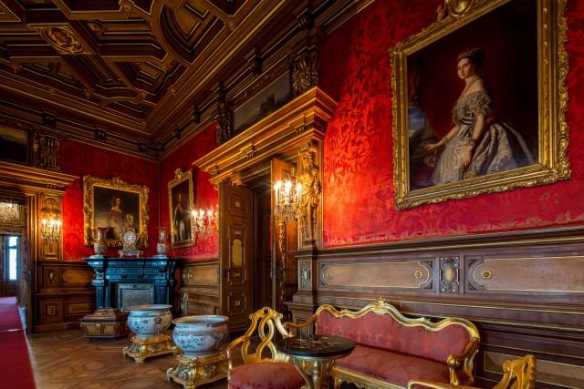 Entrando nel Castello di Miramare, si ammirano splendidi saloni d'epoca. Fuori, un parco arricchito con specie botaniche di pregio.