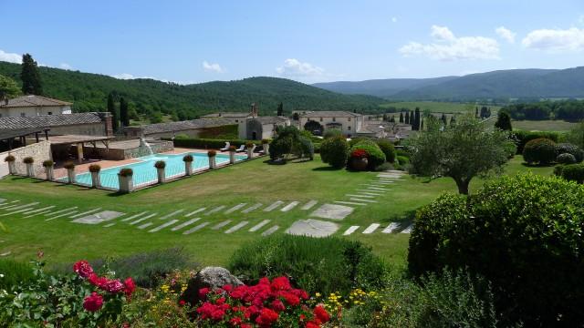 Ambienti di charme e terrazze con vista sulla collina. IlBagnaia Golf & Spa Resort Siena è la meta ideale per godere le bellezze della campagna toscana.