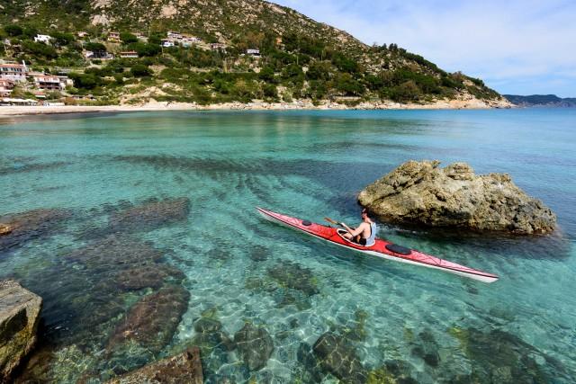 La baia di Fetovaia, tra le più belle dell'Isola d'Elba, si esplora in kayak.