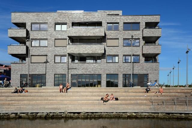 Nel nuovissimo quartiere di Sørengasi arriva con una passerella direttamente dall'Opera. Su una lunga piattaforma sull'acqua, dietro un fronte di ristorantini con dehors, caseggiati neri, futuristici, nascondono interni high-tech e di design.