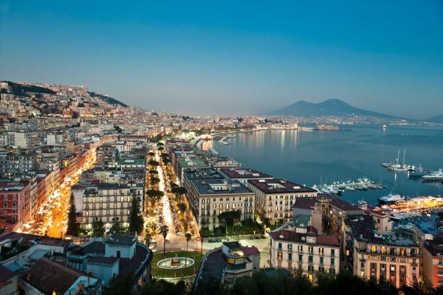 Vista di Napoli da San Antonio a Posillipo. La città si scopre a piedi, per visitare musei, i sotterranei e assaggiare prelibatezze nelle tipichepasticcerie.
