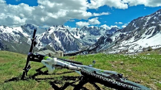Il percorso lungo il colle Ciarbonet, in Valle Maira, è uno dei percorsi semplici degli itinerari ciclabili proposti dal progetto VeloViso, sulle terre del Monviso.