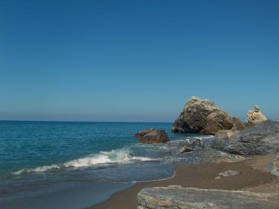 Spiaggia di Mongiove (Patti, Me) Lunga spiaggia di sabbia, chiusa ad est da un promontorio roccioso che offre grotte e spettacolari faraglioni a poca distanza dalla riva. Capace di regalare, anche nelle giornate non particolarmente limpide, scorci stupendi sulle isole Eolie.