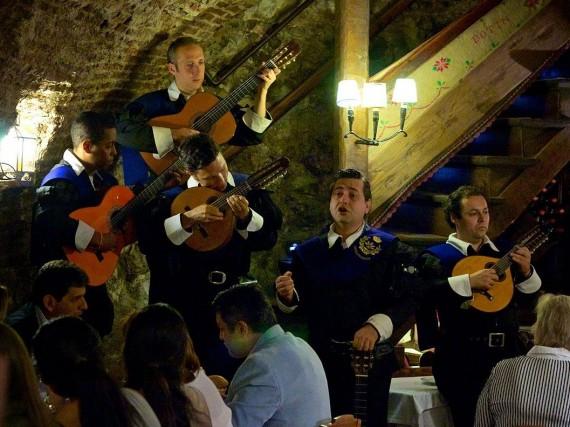 Se siete fortunati, il vostro pasto verrà accompagnato con della musica spagnola suonata dal vivo