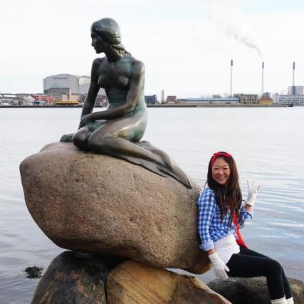 Tutti conoscono la Sirenetta, una delle più famose attrazioni turistiche della Danimarca. Dal 1913 accoglie i viaggiatori al porto di Copenaghen. Purtroppo non è solo la fanciulla più fotografata del Paese. Regolarmente è vittima di ignoti che la imbrattano di vernice, per protesta o per divertimento. In questo mese è stata imbrattata di vernice blu già due volte