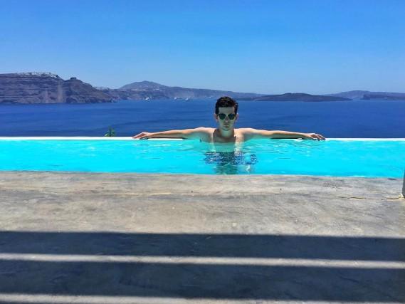 Relax nella piscina di un resort: i figli e le figlie dell'élite internazionale documentano le vacanze sui loro Instagram postando fotografie di cose che molti di noi possono solo sognare di fare o comprare