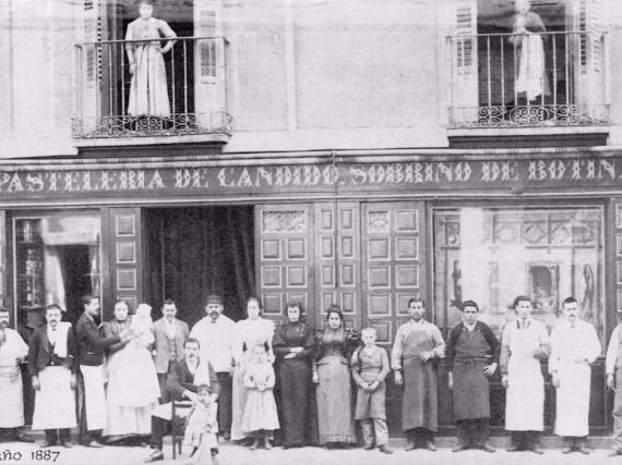 """La storia narra che questa, che al tempo era una locanda, fu fondata dal cuoco francese Jean Botín e da sua moglie. Il nome sull'insegna fu poi cambiato da Casa Botín a Sobrino de Botín (""""nipote di Botín"""")"""