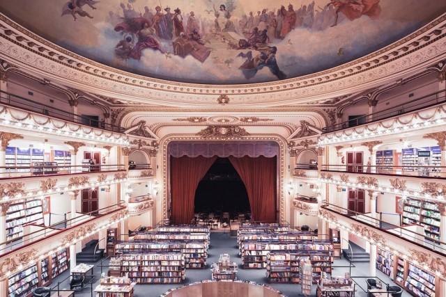Poirier non poteva non fotografare anche quella è considerata una delle più belle librerie al mondo: El Ateneo Grand Splendid di Buenos Aires, al numero 1860 di Santa Fe Avenue