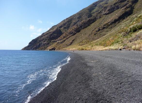 Forgia Vecchia (Stromboli, Me)Lunga spiaggia di sabbia e ciottoli neri che digrada dalle pendici del vulcano fino al mare. Si raggiunge unicamente a piedi percorrendo un sentiero che parte dalla spiaggia di Scari.