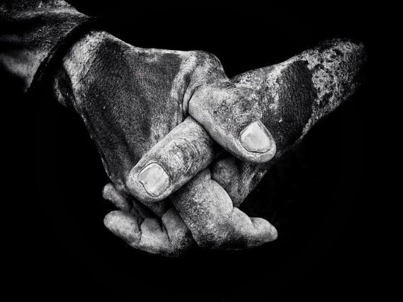 """""""Fotografo dell'anno"""": il primo posto è per l'irlandese Branda O Se, che nel suo scatto mostra le mani di uno scaricatore di porto a Giacarta"""