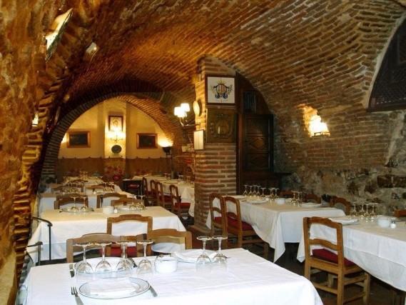 """Mura originali e pavimento in cotto: lo stabile ha quattro piani con le travi a vista. Ci sono tre sale da pranzo: la bodega (""""cantina""""), la sala Castilla e la sala Felipe IV"""