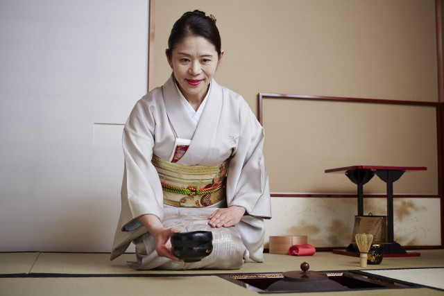 """Il """"Cha No Yu"""", il rito del tè, si sperimenta in tutte le tradizionali tea house della capitale. Consigliata, tra le più antiche, la Nakajima No Ochaya, del 1704. In alternativa, il Keio Plaza Hotel organizza diverse esperienze in puro stile giapponese, tra cui appunto il Cha No Yu."""