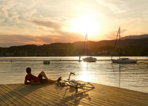 Una sosta al tramonto sul lago di Woerthersee.