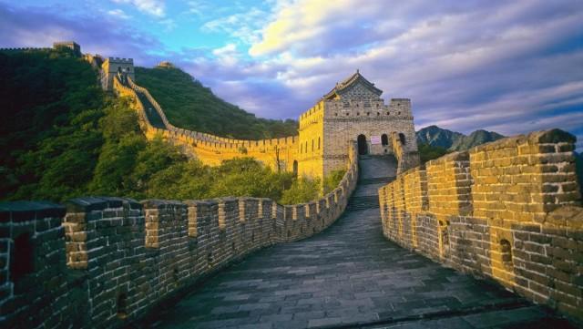 Oggi la Grande Muraglia cinese, una delle sette meraviglie del mondo moderno, è a rischio a causa di fenomeni naturali (quali terremoti o inondazioni) ma anche dell'uomo