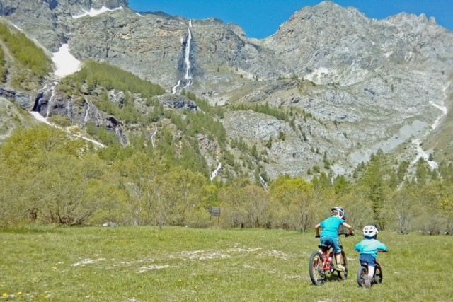 Non mancano gli itinerari proposti per famiglie con bambini, magari con l'ausilio di bici a pedalata assistita, come lasalita verso le cascate di Stroppia, che fa parte dei percorsi del programma VeloViso, sul Monviso.