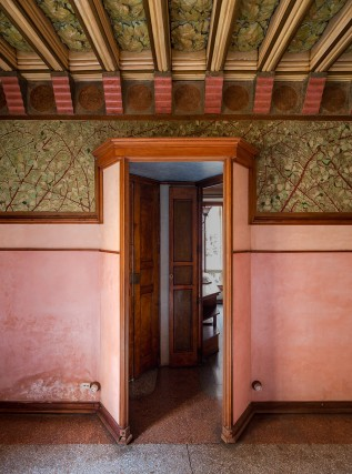 Antoni Gaudì è cresciuto in una famiglia di artigiani. Già da giovanissimo eccelleva nel disegno